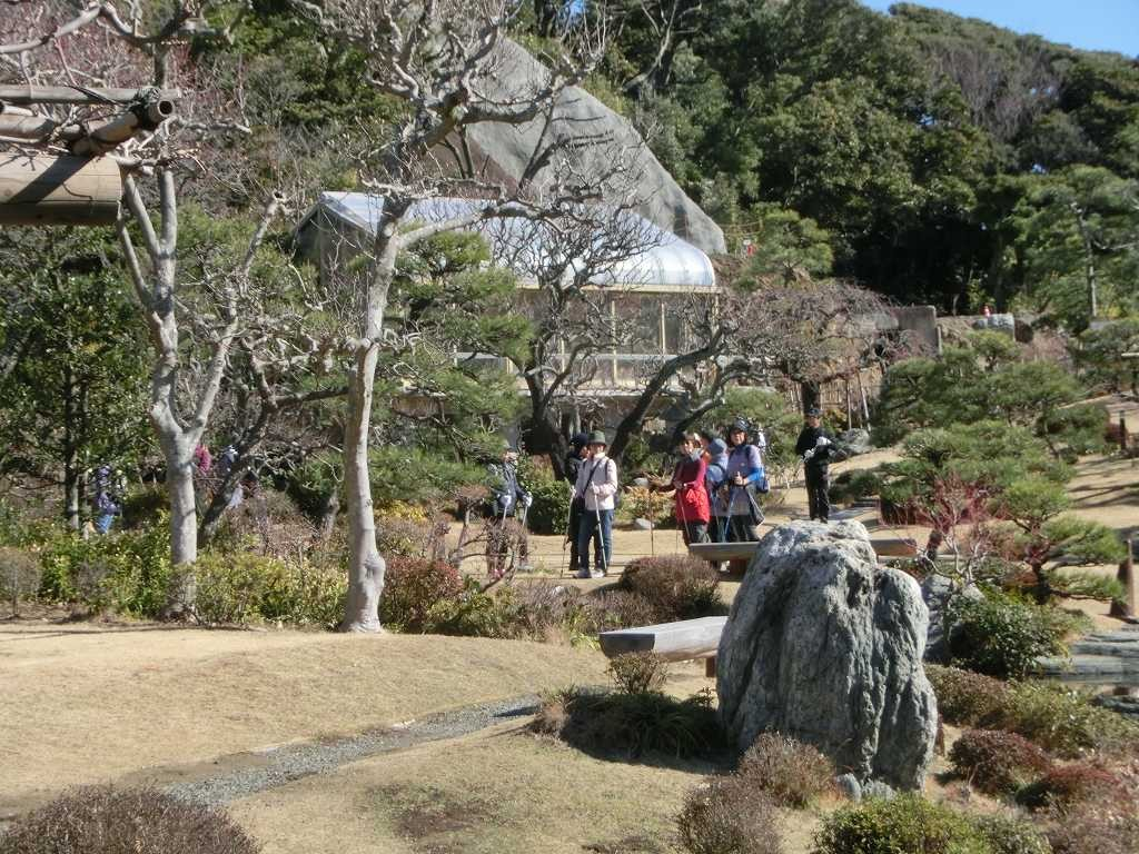 邸内を散策する参加者達「綺麗な庭ですね~」と感嘆