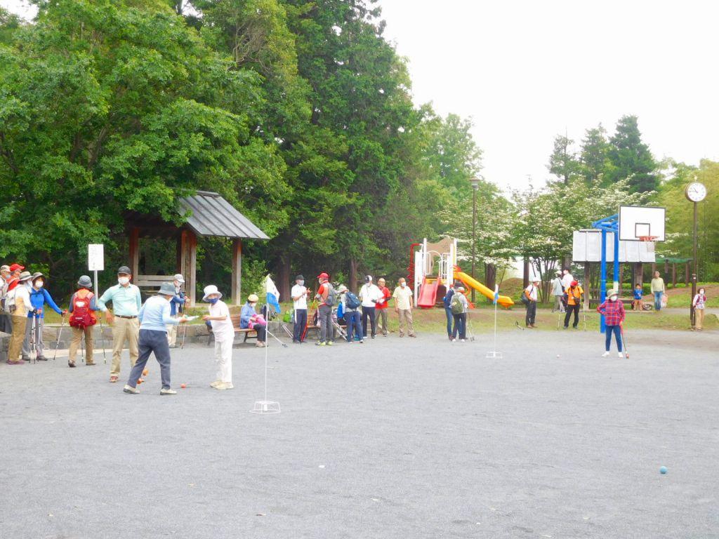 公園一杯になってグランドゴルフを楽しむ人達の横で休憩