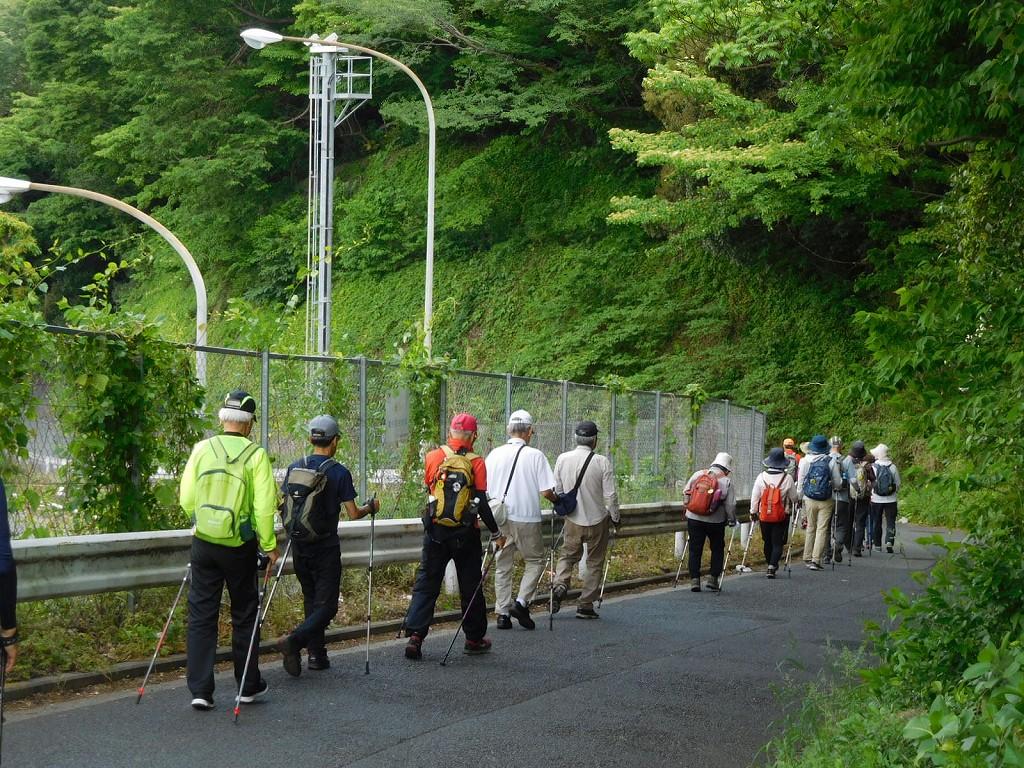 東名高速入口付近を歩く