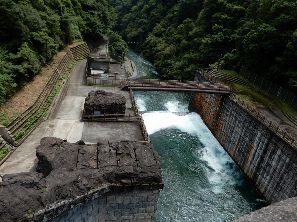 石小屋ダム第二発電所  水が澄み切っています