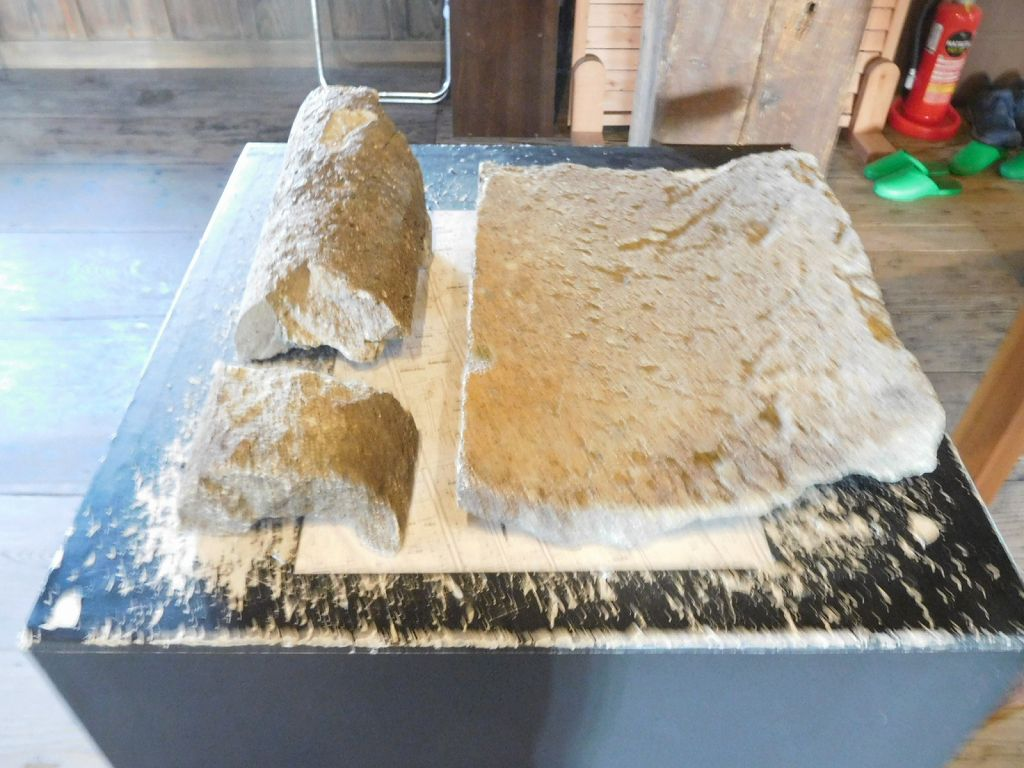 同上 屋根は石の瓦の城