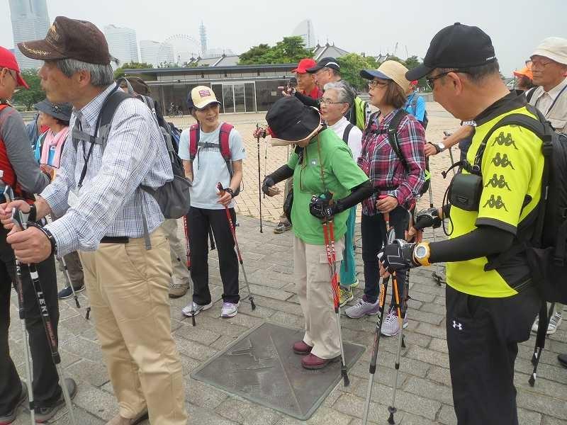 横浜三塔の説明盤に立ち、説明盤をパチリ