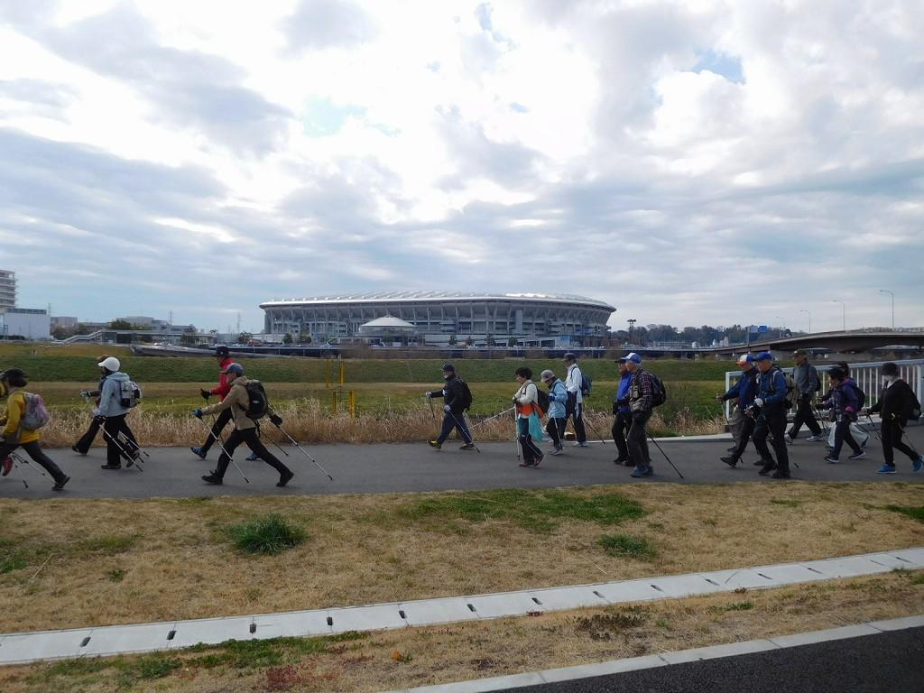 鶴見川から新羽橋へ向かう 歩幅の広い人を見習って!!