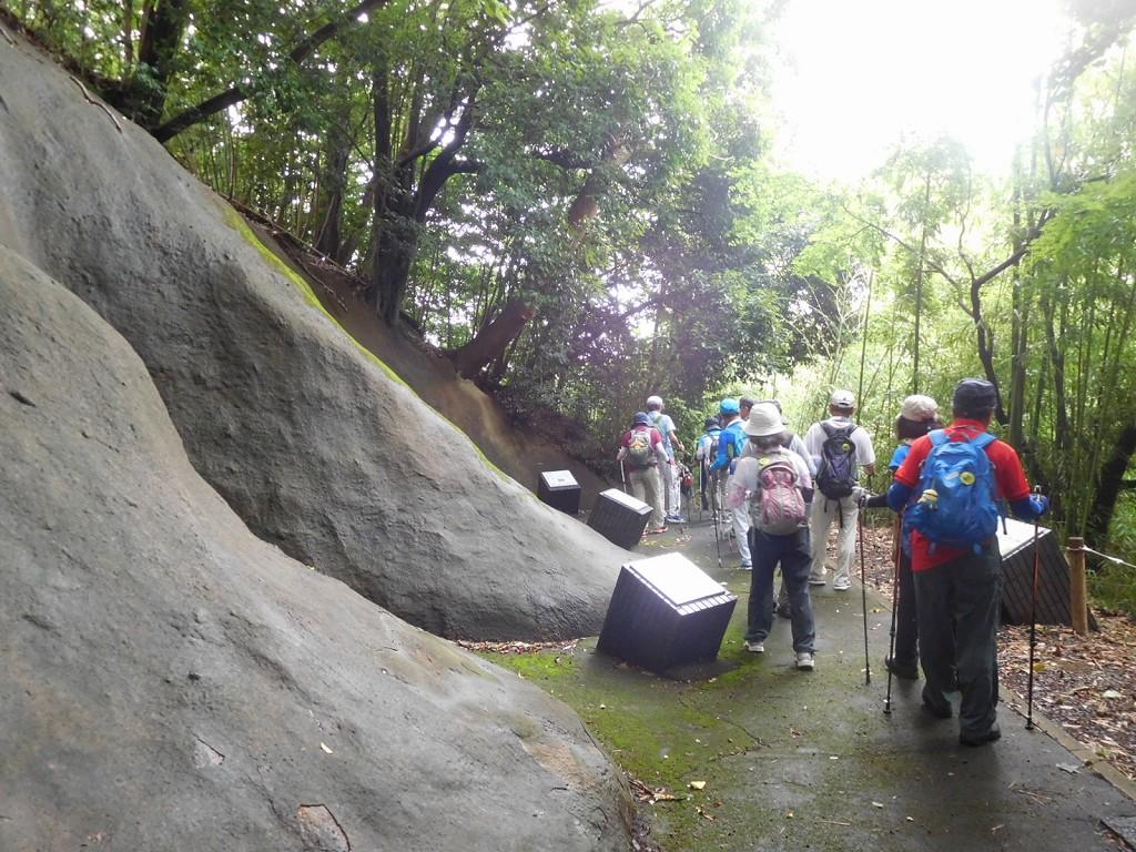 B群横穴墓を見学し 一般道へ