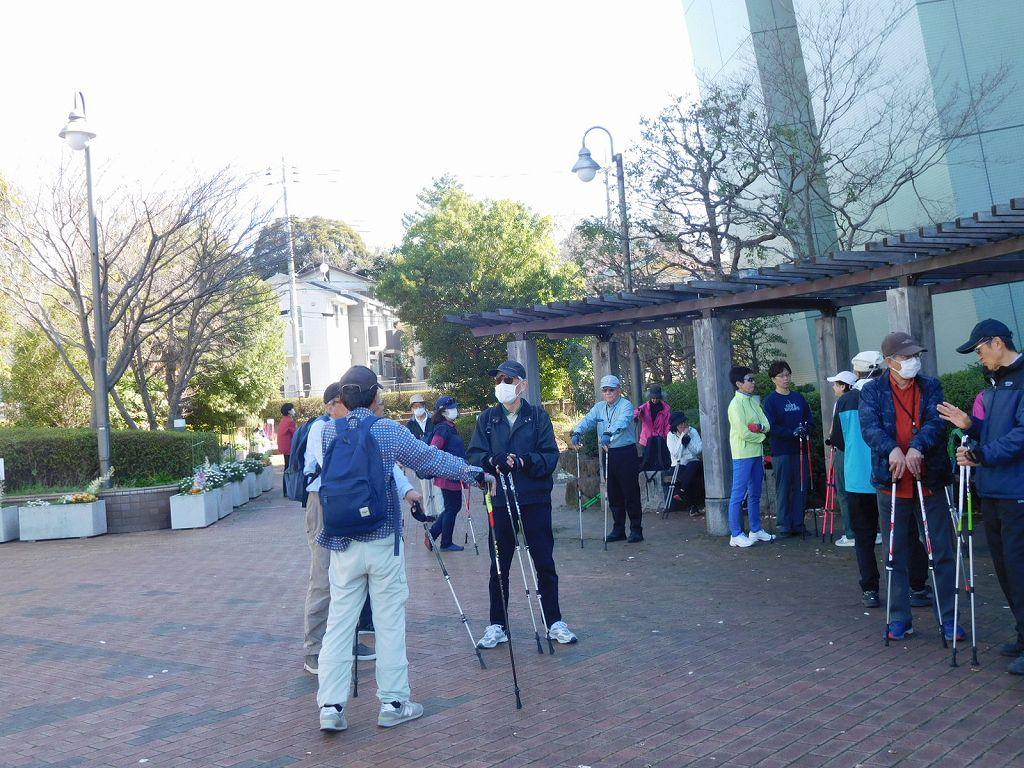本日はビオラ休館のため、集合場所は区役所横の広場となりました