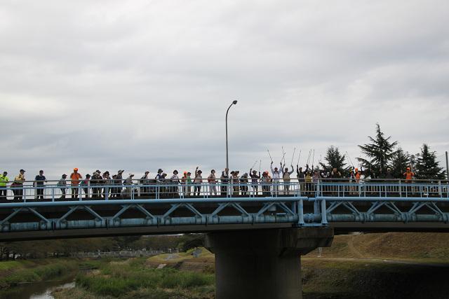 浅川の橋上で「バンザイ」の1班先頭