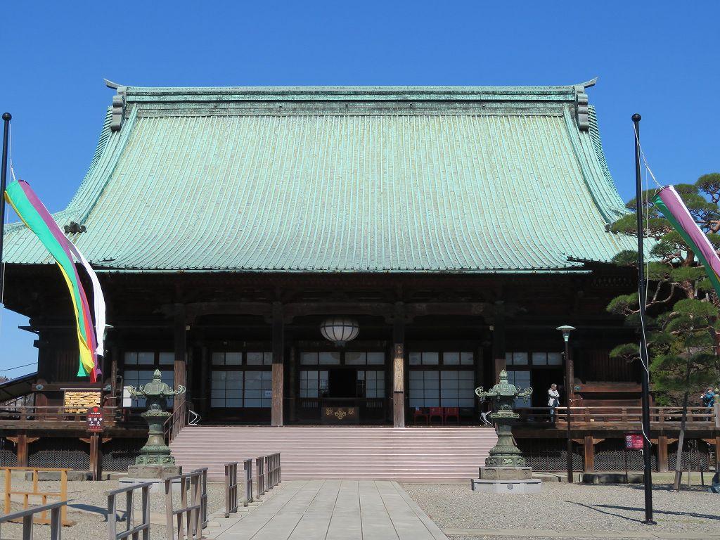 本殿の内部は撮影禁止であるが、如意輪観音・赤白の牡丹彫刻、天井には龍・天女が当時のままある