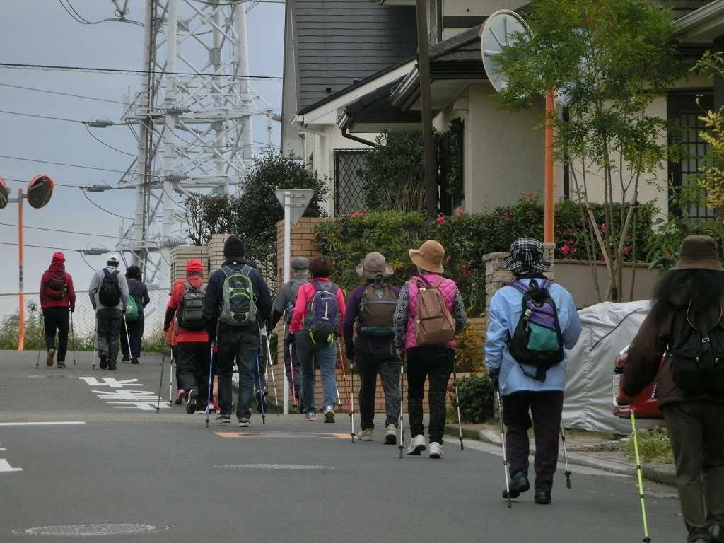荏田高校を目指して住宅地をウオーキング