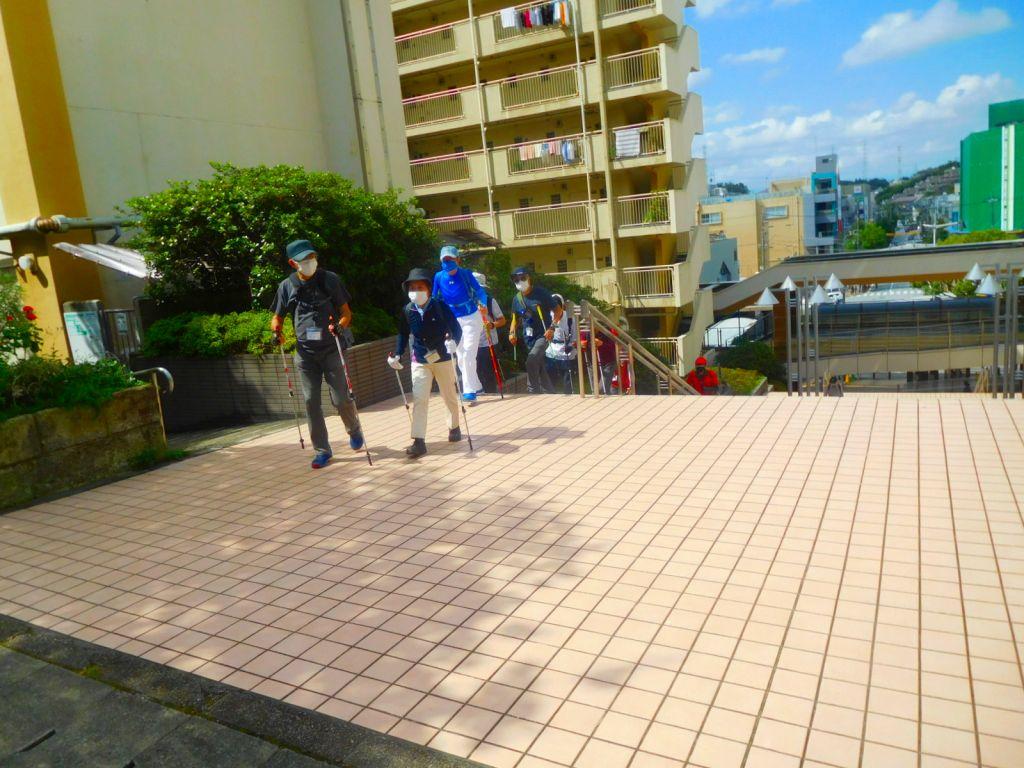 青葉台駅横の階段を上がる女性最高齢のHTさん