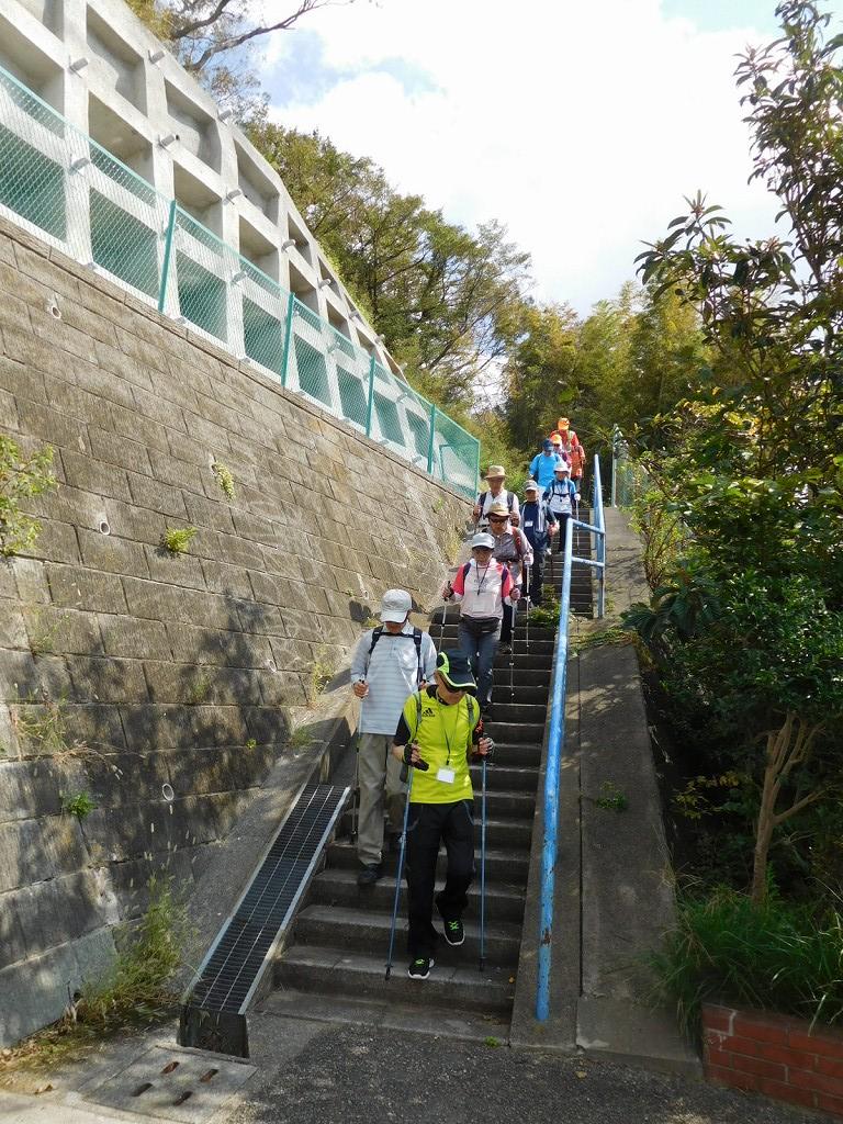 下り階段は気をつけて降りましょう!!
