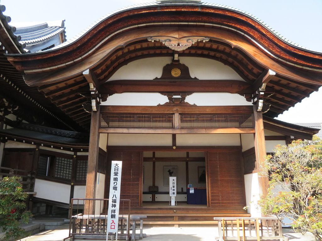大日堂 有名な鳴り龍・優れた彫刻群・幽玄な内陣荘厳等の鑑賞ができる