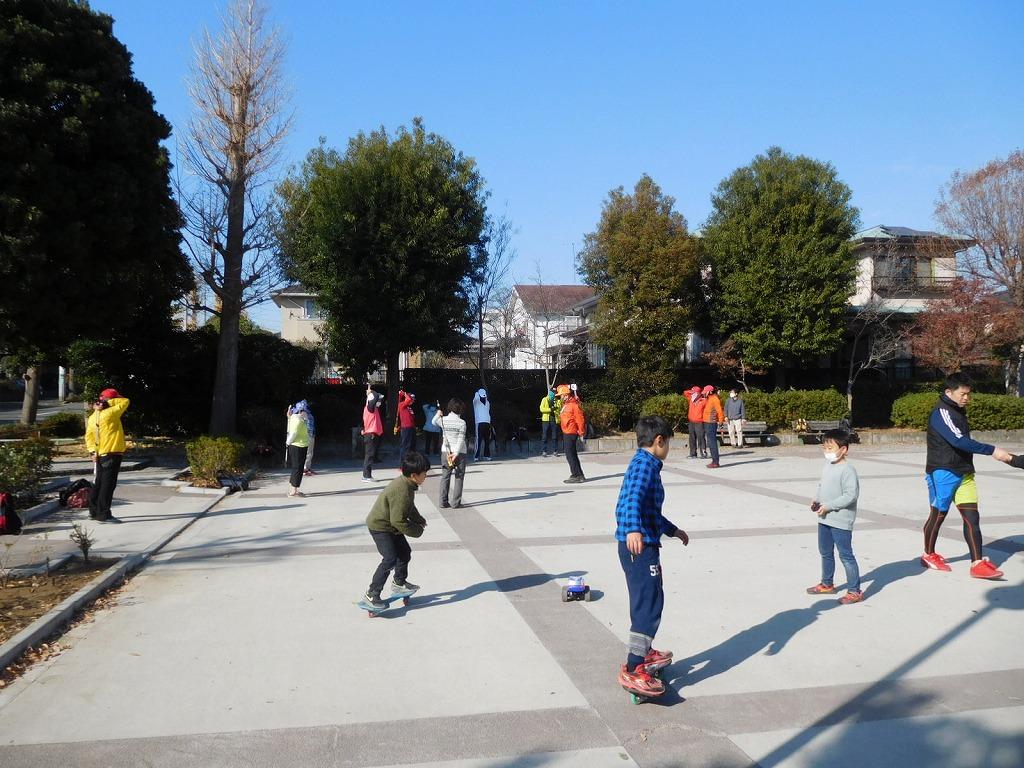 我々の横では子供たちがいろいろ事をして遊んでいます