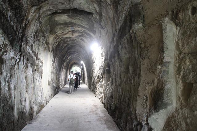 素掘りのトンネルを歩く