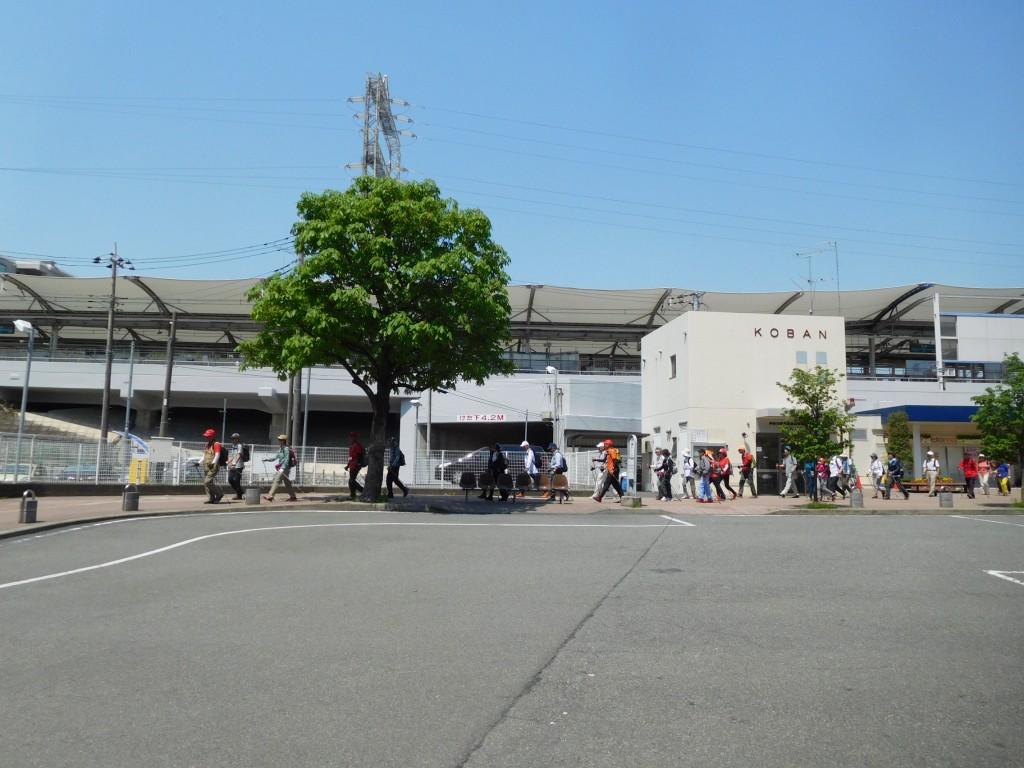 江田駅交番前をウォーキング