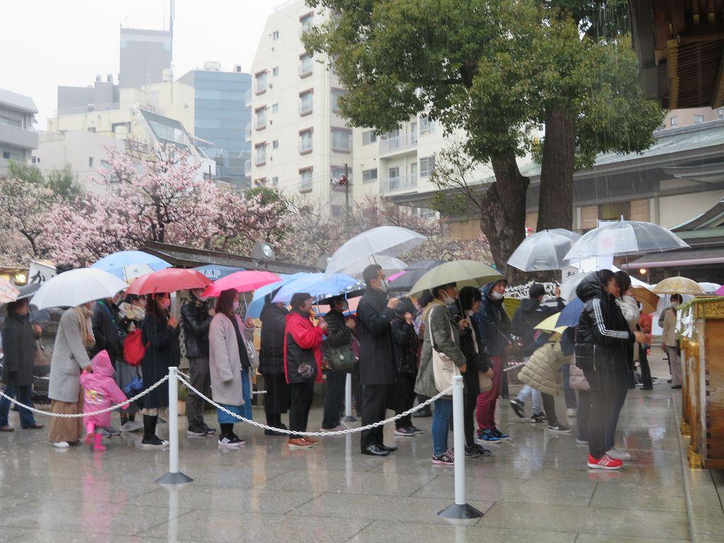 湯島神社 雨の中 神頼みの列