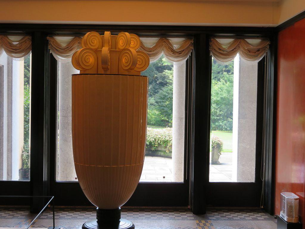 上部の照明内部に香水を施し照明の熱で香を漂わせる「香水塔」