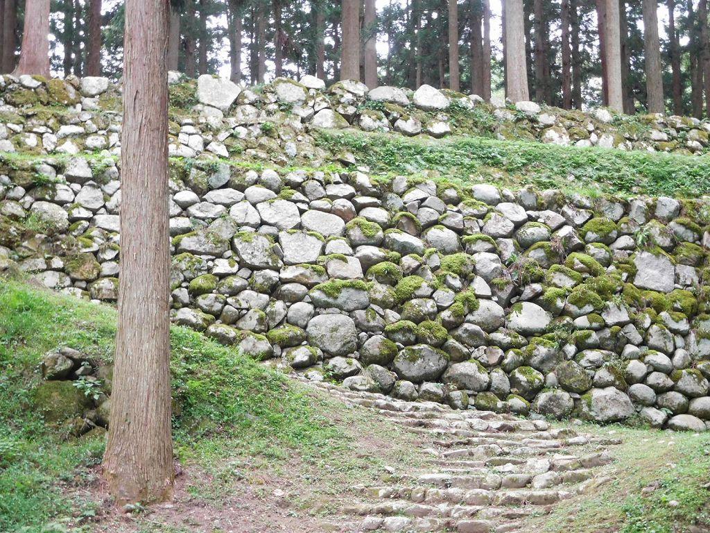 7つの屋根に曲輪が群がる七尾城の石垣