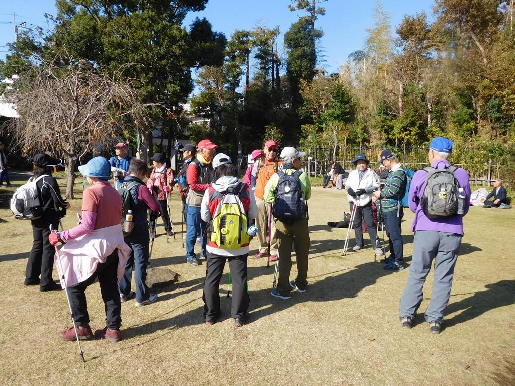 日本庭園到着昼食タイムです 他の団体も食事中で賑わっている