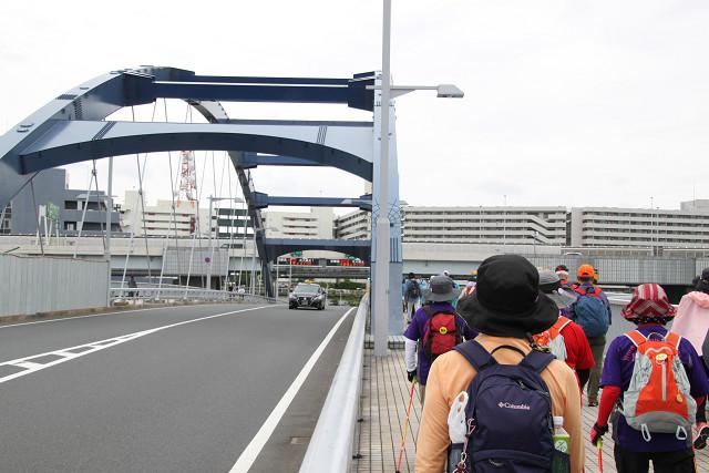 水神大橋を渡る皆さん