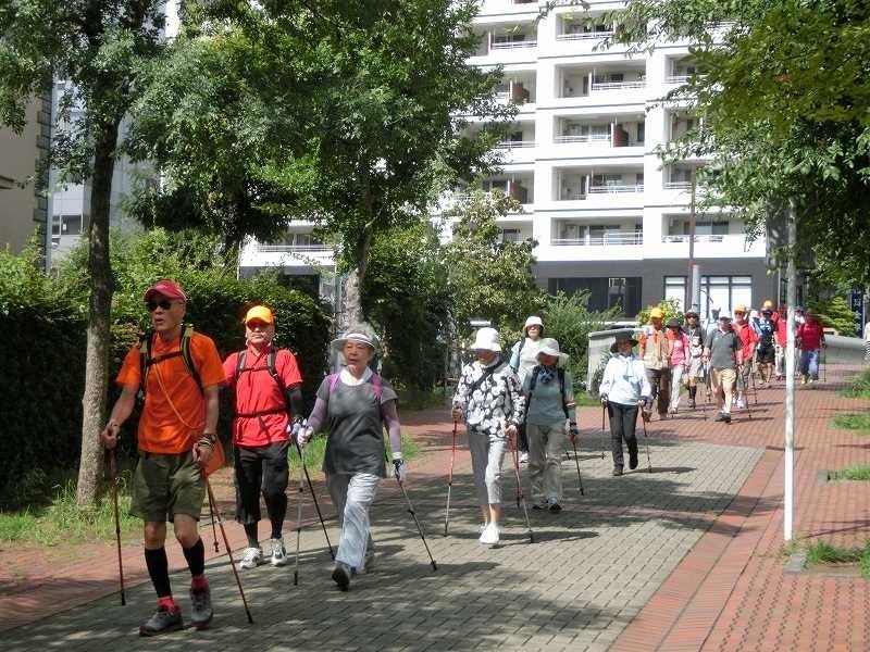 茅ケ崎公園へ向けてA班・B班 2班に分かれてスタート