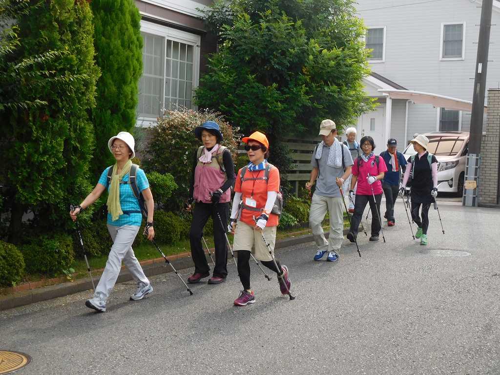 荏田南の住宅地を歩く体験参加のKさん 綺麗なフォームですね