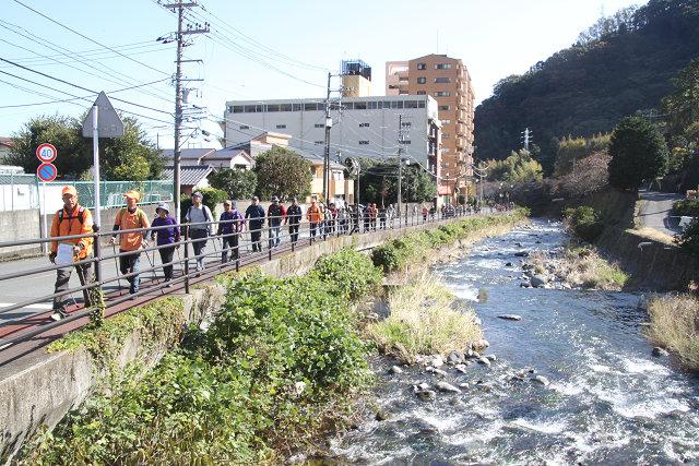 千歳川の清流を眺めながら歩を進める