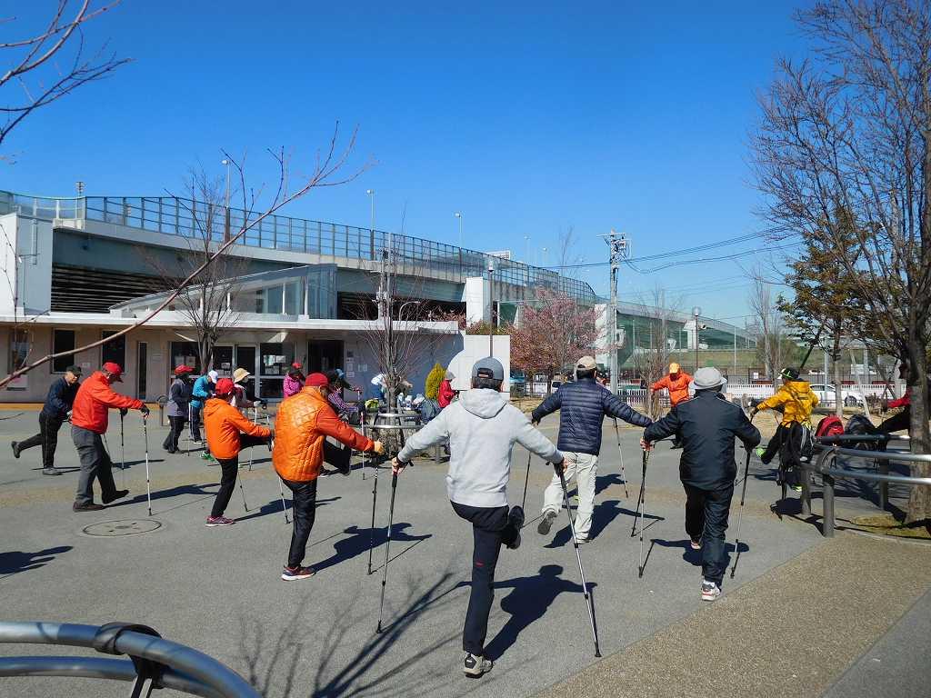 谷本公園でウォーミングアップ、動きがバラバラですよ!!