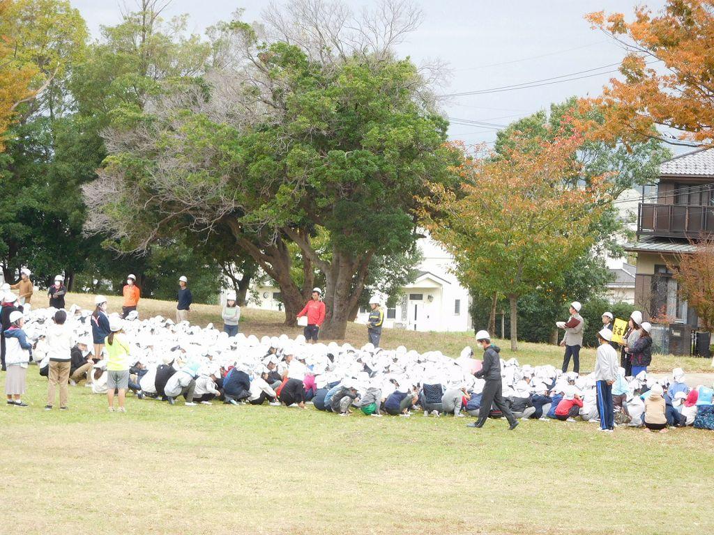 公園付近は小学生が防災訓練中でした 皆真剣な眼差しでしたよ