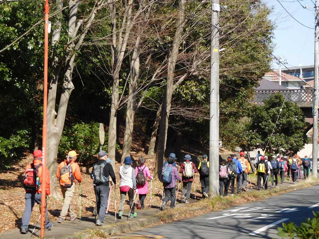 若水橋を潜って荏田東第一小学校方面へ向かう