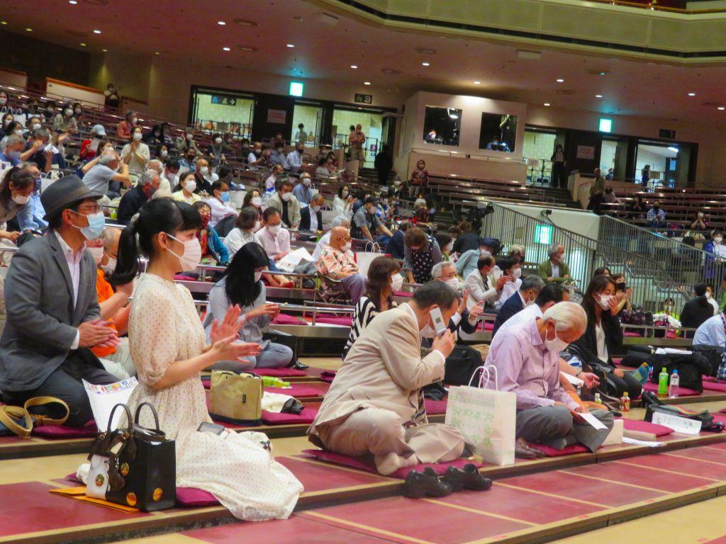 多くの観客が相撲を楽しんでいる