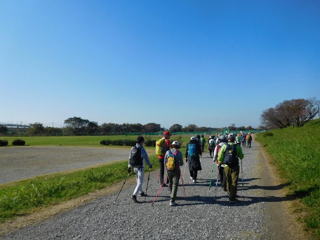 多摩川河川敷の広々とした道を歩く