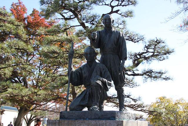 多摩川上水完成に功労のあった多摩川兄弟の像