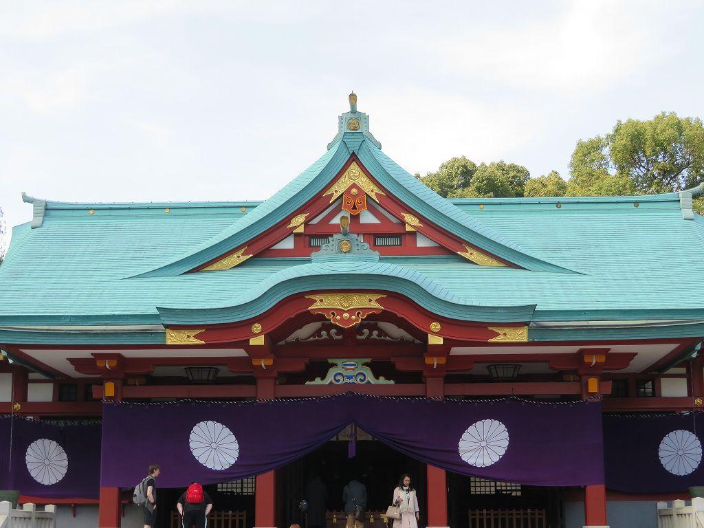 今は菊の御紋 賽銭箱は二葉葵・社殿は三巴と菊紋