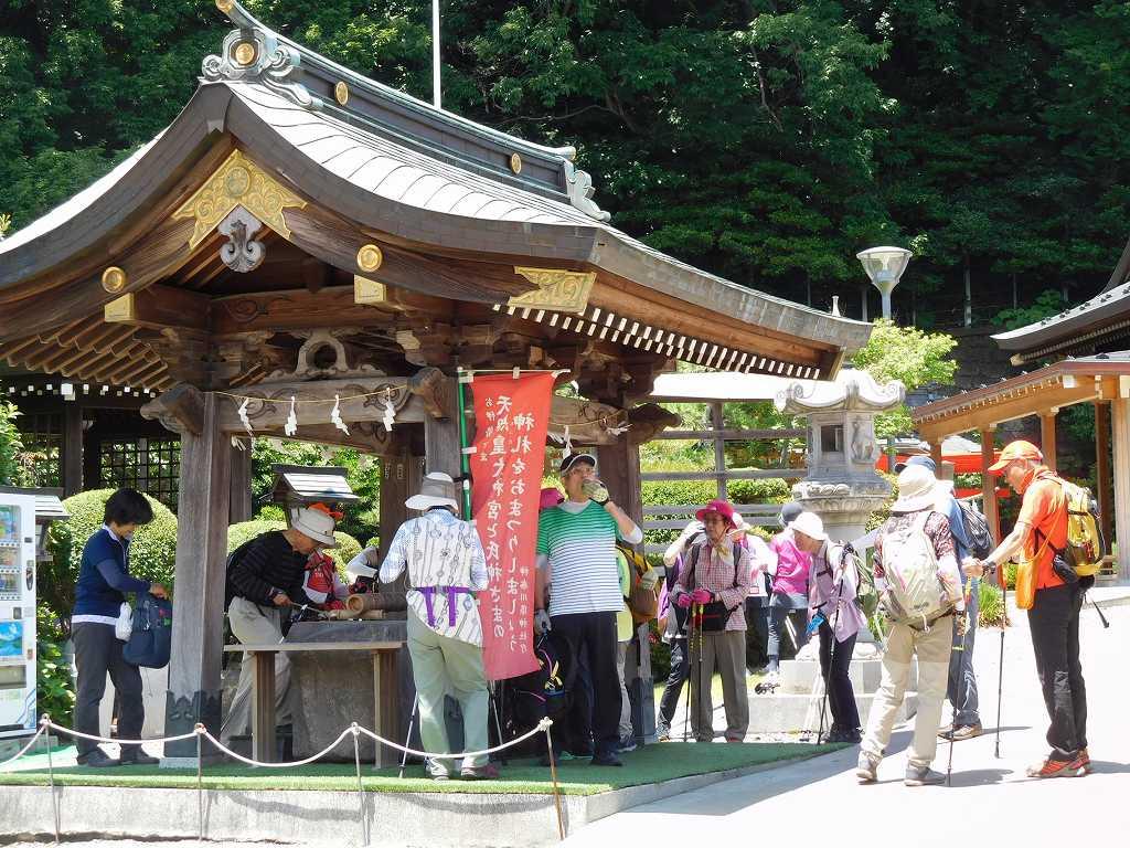 琴平神社儀式殿へお参りのめ手水をつかう皆さん