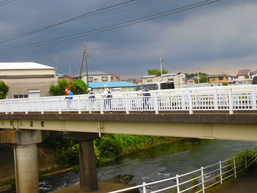 川間橋を渡る先頭