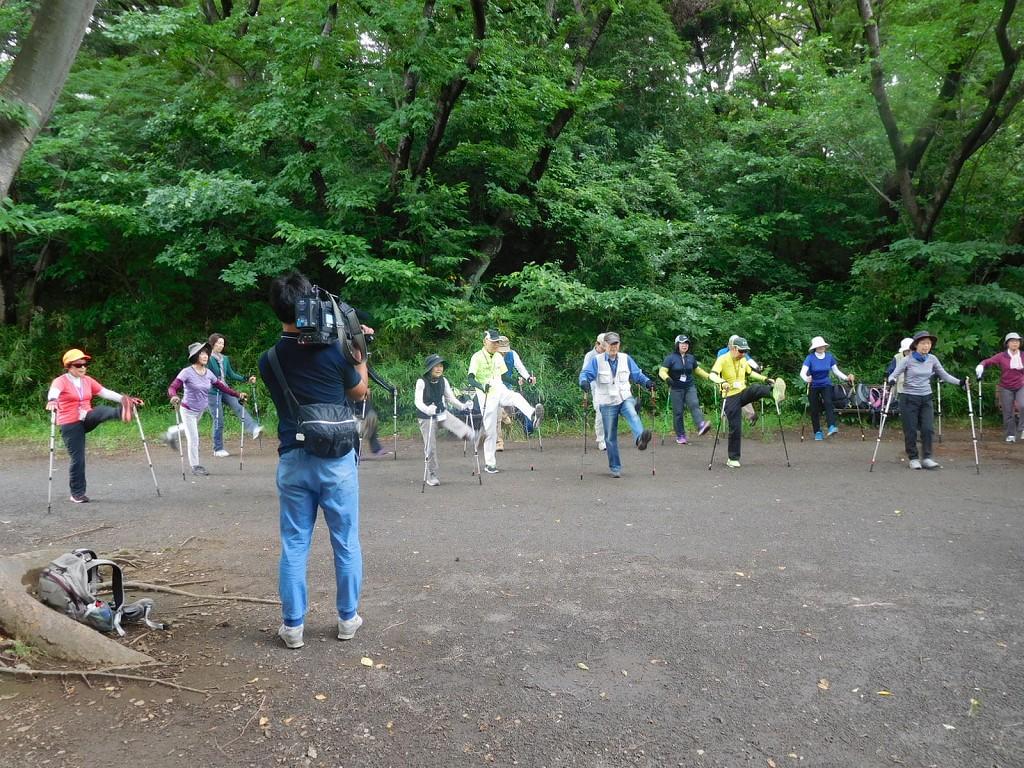 市ヶ尾町公園でウォーミングアップとテレビ神奈川のカメラマン