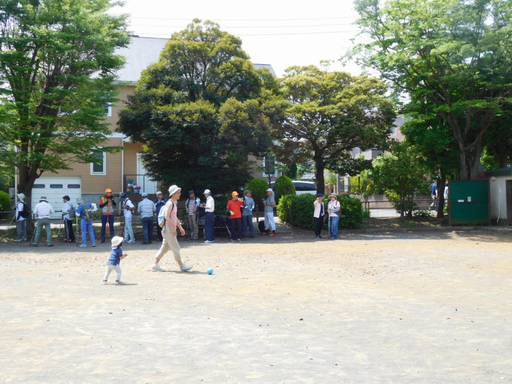 泉田向公園の木陰で水分補給休憩