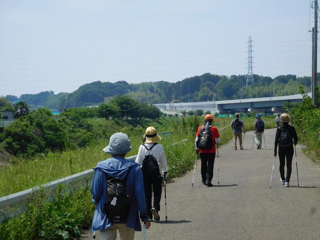 鶴見川沿いを歩き港北PAを目指します