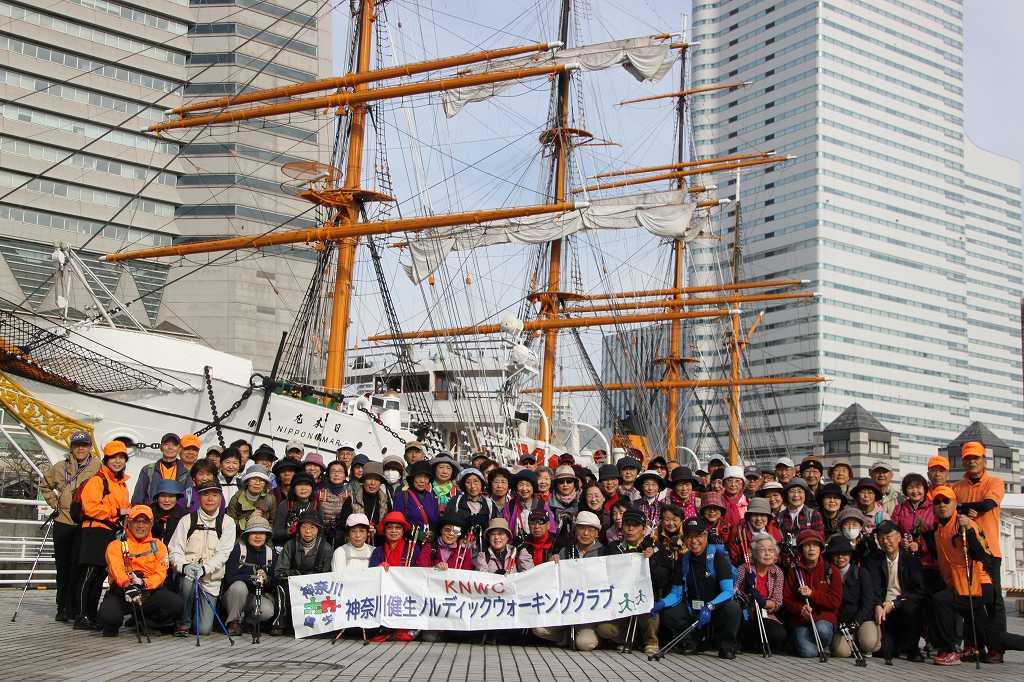 太平洋の白鳥 日本丸の前でで集合写真