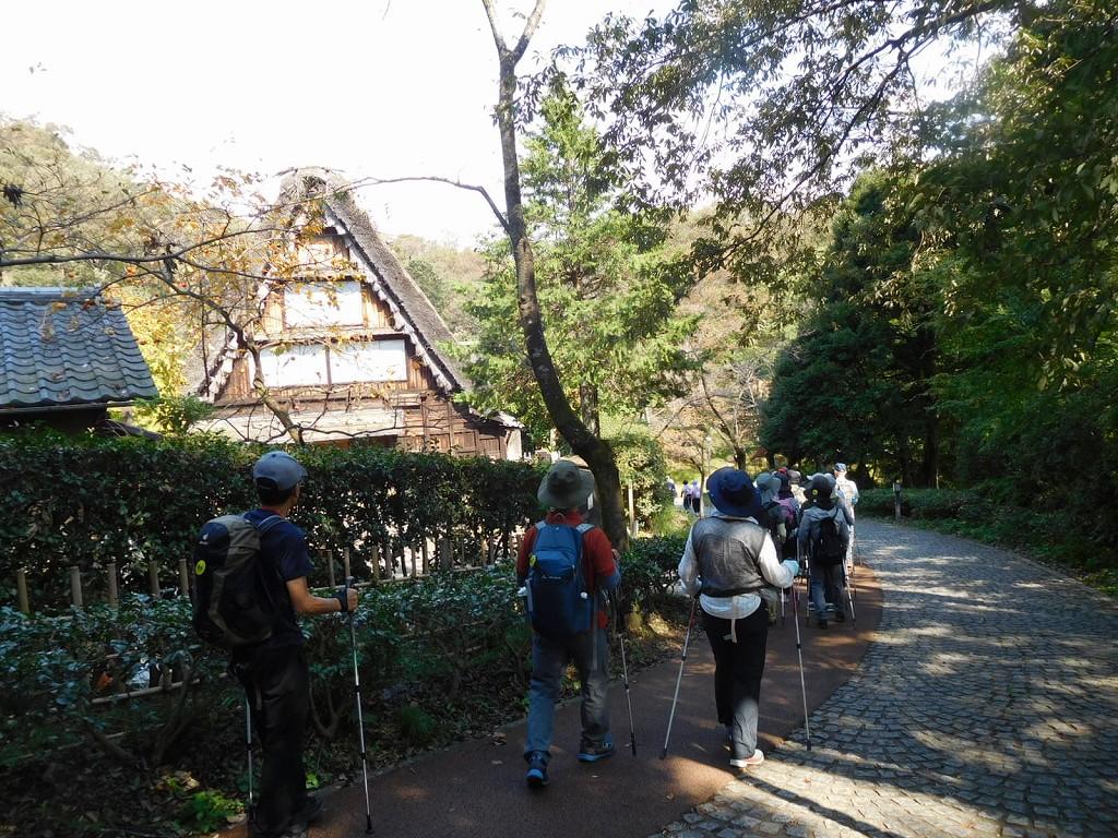 日本民家の横をウォーキング 蕎麦屋さんは休業中
