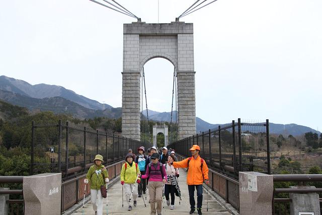 風の吊り橋を渡ってくる二班の人たち