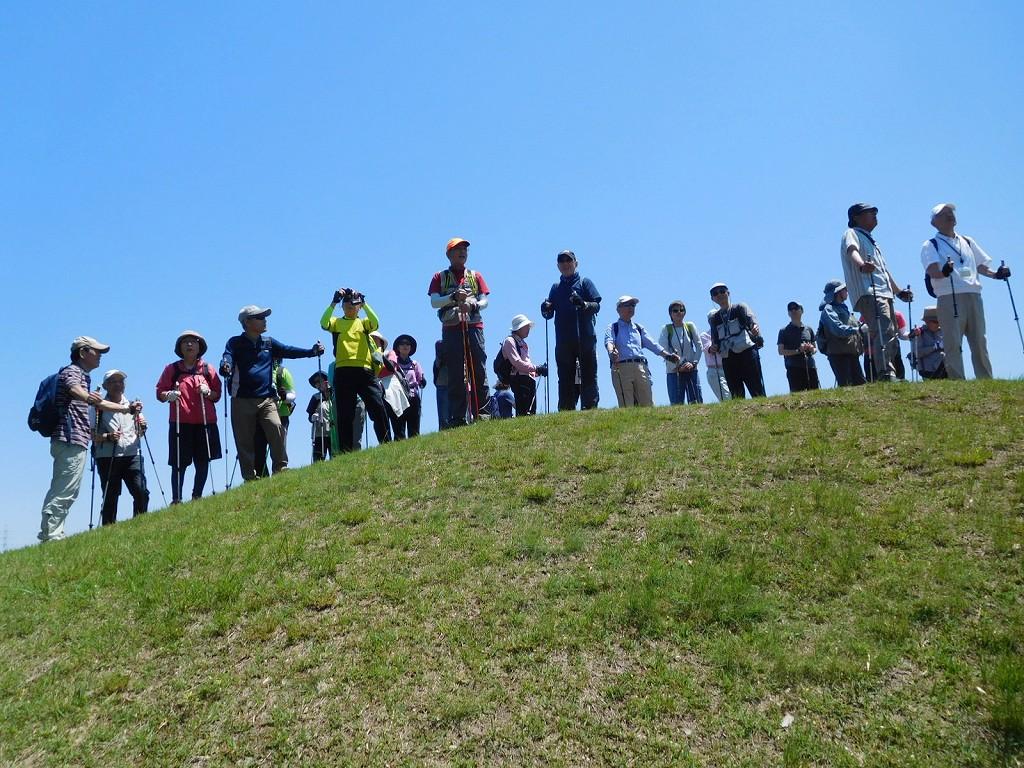 稲荷山古墳頂上で景観を楽しんでいます