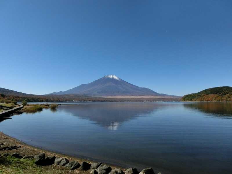 「山中湖シアター」傍の湖畔で改めて富士山の雄姿を眺める