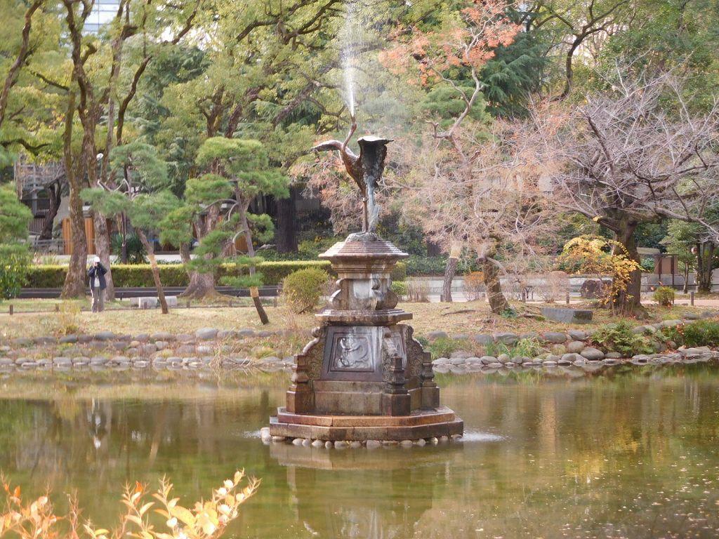 同上 銅製の鶴の噴水
