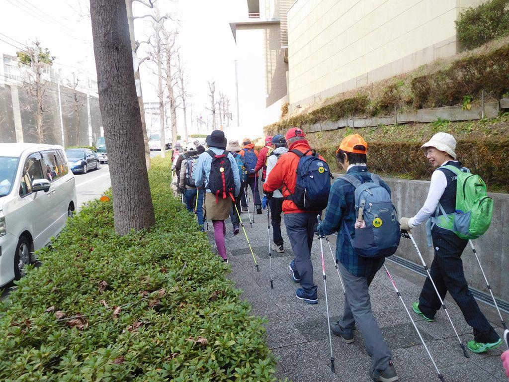 江田記念病院前を歩く