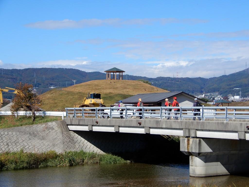 橋の先に小高い休憩所? が見えますが何でしょうね