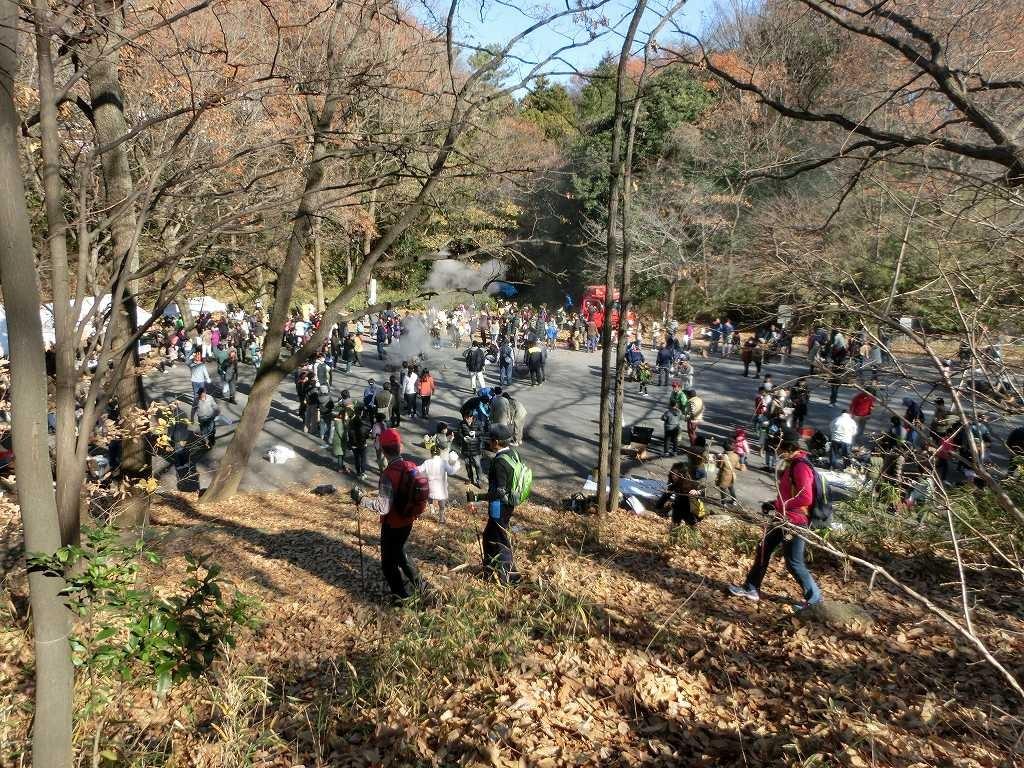 公園広場では芋600本の焼き芋大会で大賑わい