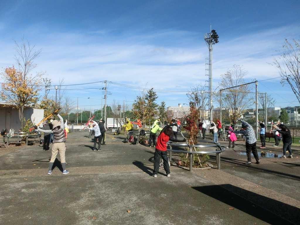 谷本公園で体験講習会参加者と一緒にウォーミングアップ
