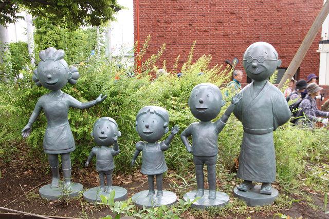 美術館前の公園にもサザエさん一家の像