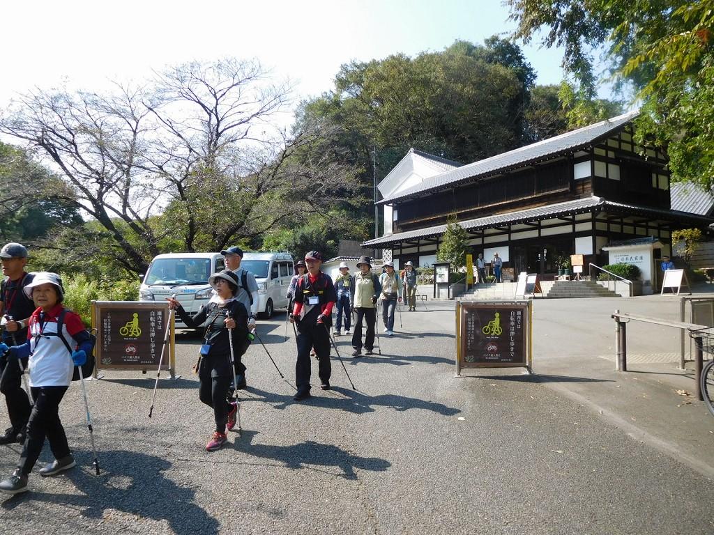 日本民家園正門前を通過